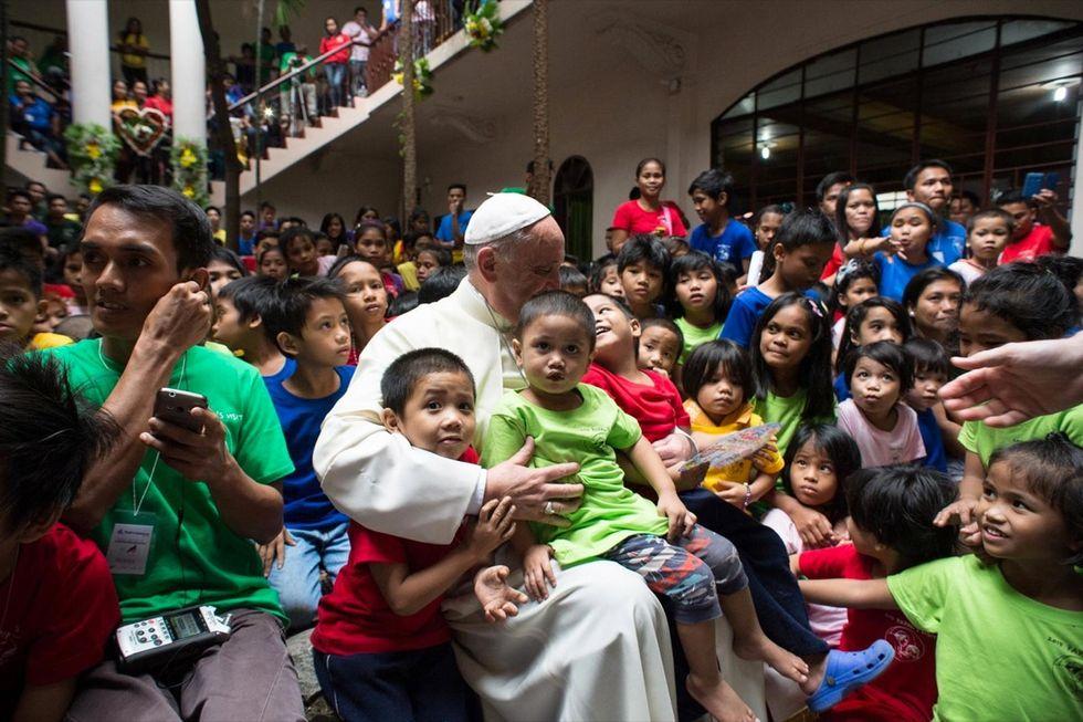 Manila: l'abbraccio di Papa Francesco ai bimbi di strada