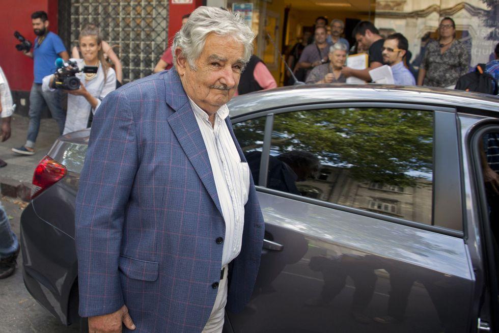 Uruguay: fa l'autostop, si ferma il presidente