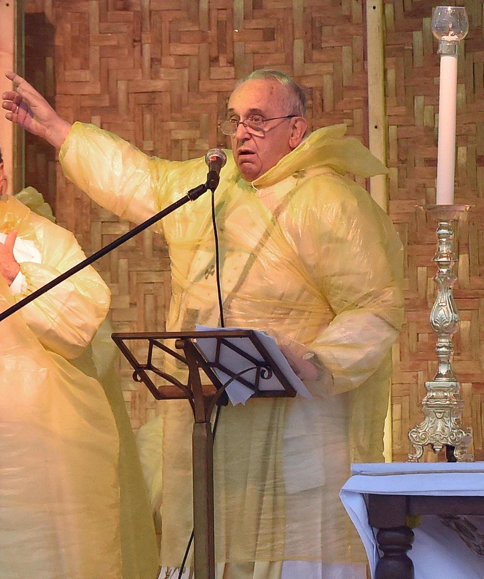 Il Papa piange con i superstiti del tifone