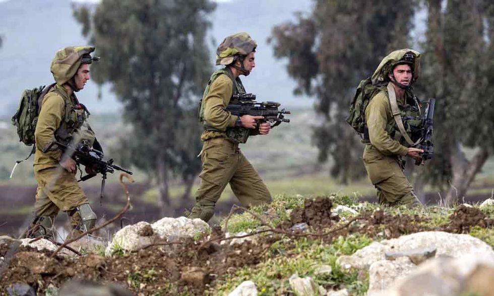 Soldati israeliani aizzano i cani contro un ragazzino palestinese