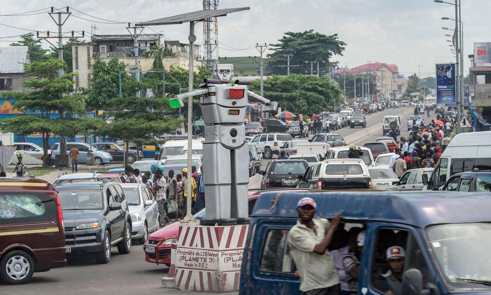 Congo, Robocop nel traffico di Kinshasa