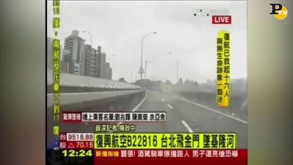 Incidente aereo a Taipei: Atr 42 della TransAsia si schianta sull'autostrada