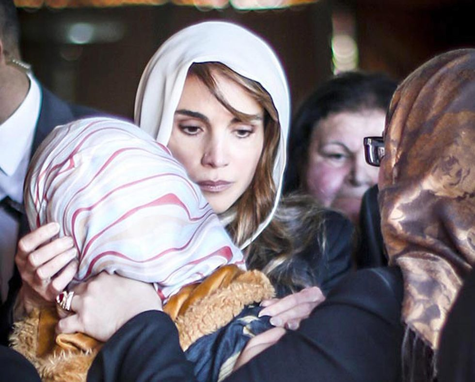 Rania di Giordania abbraccia la vedova del pilota - LE FOTO