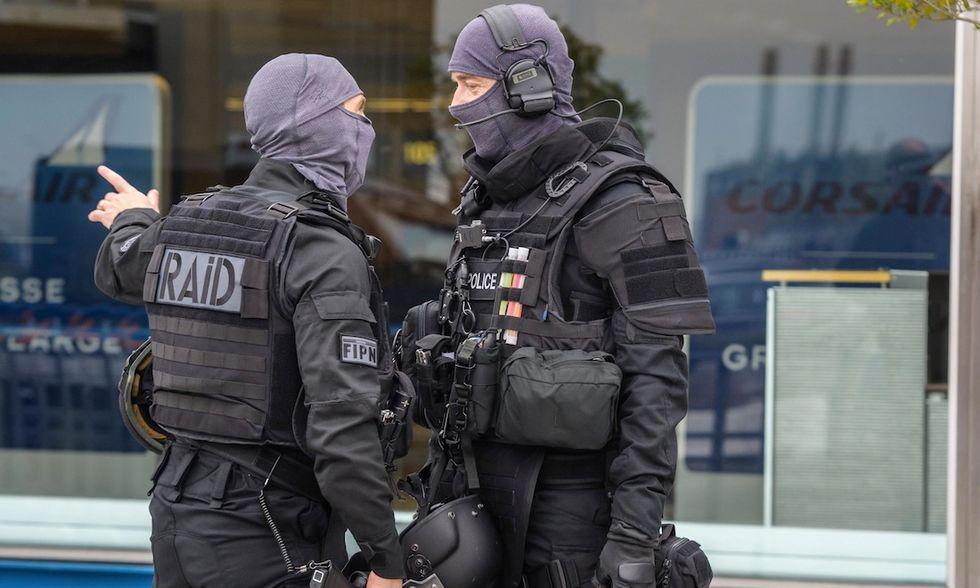 sospetto terrorista ucciso parigi orly