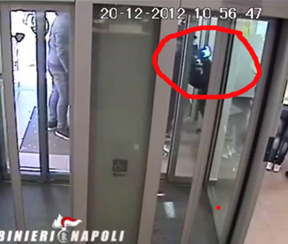 Mamma porta il figlio di 10 anni a rapinare l'ufficio postale