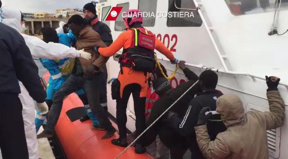 """Lampedusa, i sopravvissuti: """"Minacciati con le armi per salire a bordo"""""""