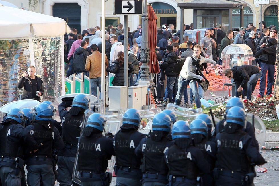 Roma: i tifosi del Feyenoord assaltano Piazza di Spagna