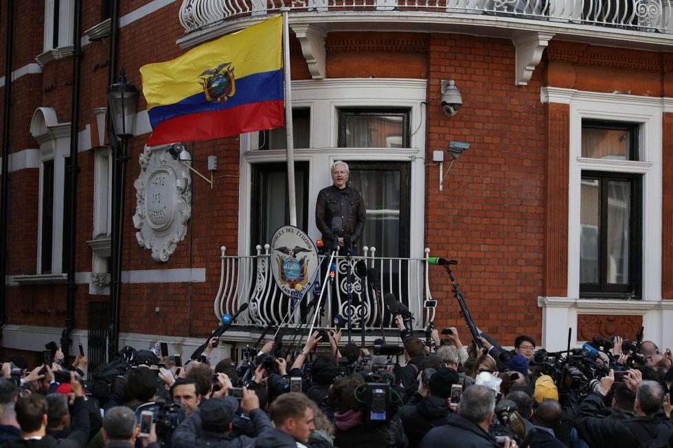 Julian Assange nel maggio 2017, quando ancora aveva rapporti con la stampa e il resto del mondo tramite internet