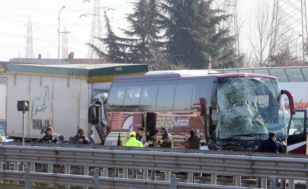 Milano, tir contro pullman: sfiorata la strage