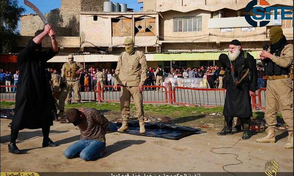 """Isis: la decapitazione dei """"sodomiti"""" in Iraq - Foto"""