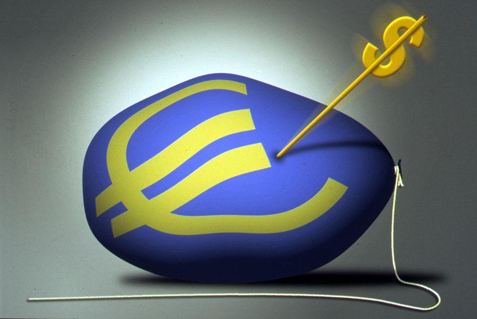 Euro ai minimi: come investire se la moneta unica si svaluta