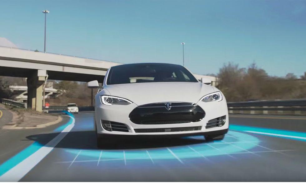 Tesla: come funziona il nuovo pilota automatico
