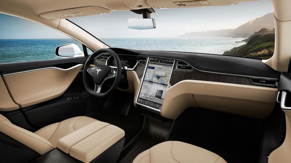 Tesla, primi segnali dell'auto del futuro