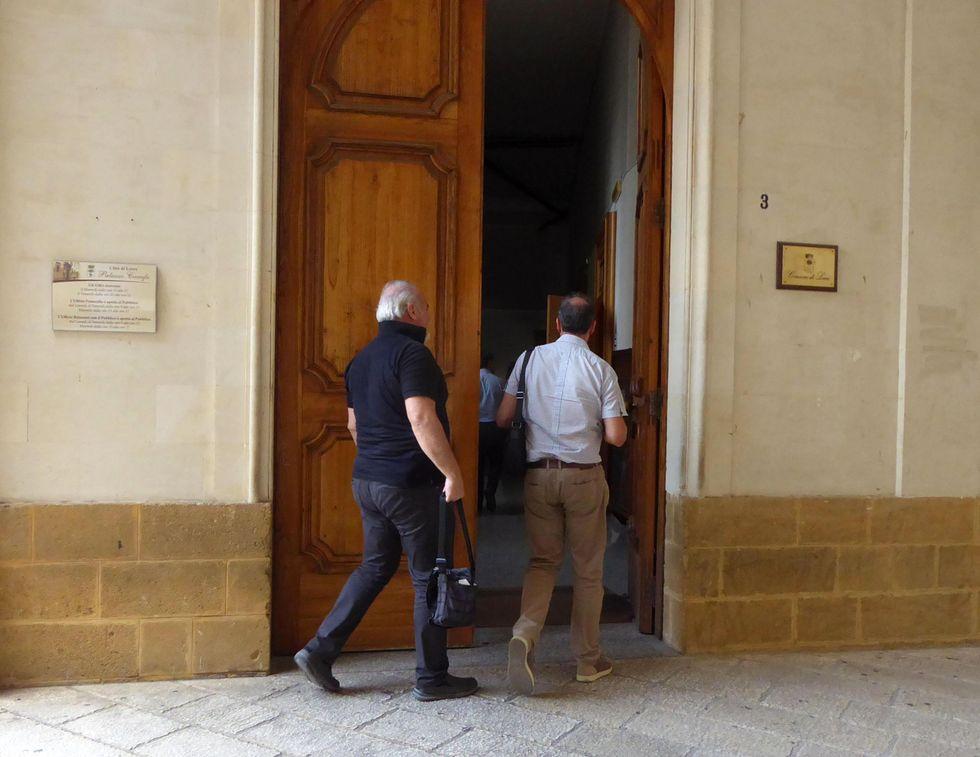 Uomini della Guardia di Finanza di Lecce davanti al comune nell'ambito dell'inchiesta sulle case popolari che ha portato all'arresto di amministratori comunali, consiglieri comunali, alcuni dei quali ancora in carica, e dirigenti del Comune di Lecce, 7 settembre 2018.