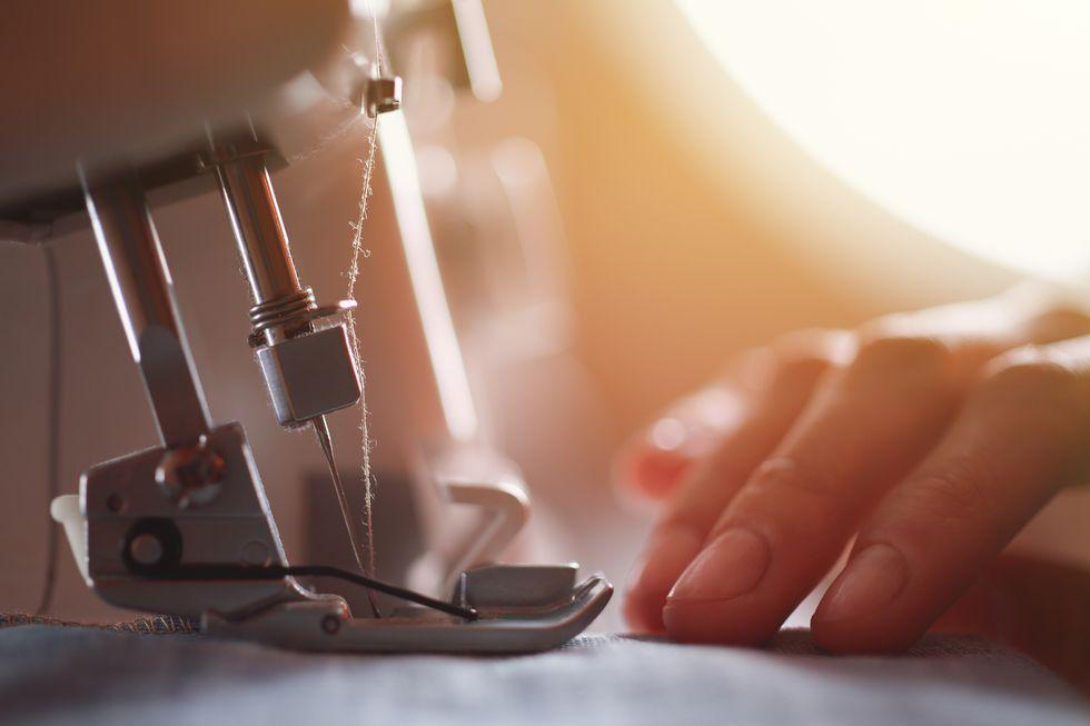 Una sarta che lavora con la macchina da cucire
