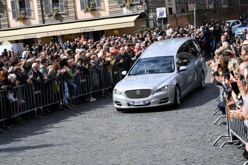 Frizzi: folla dietro transenne piazza del Popolo per esequie