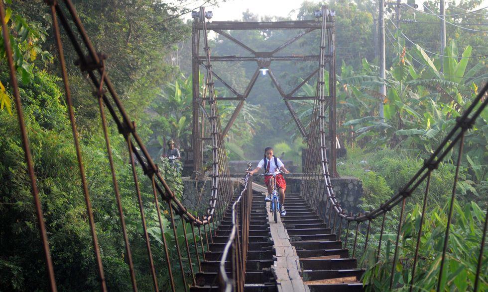 Indonesia, verso la scuola sul pericoloso acquedotto-ponte