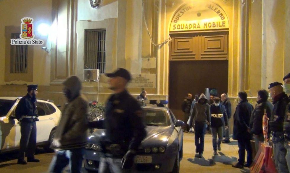 I migranti trattenuti dalla polizia