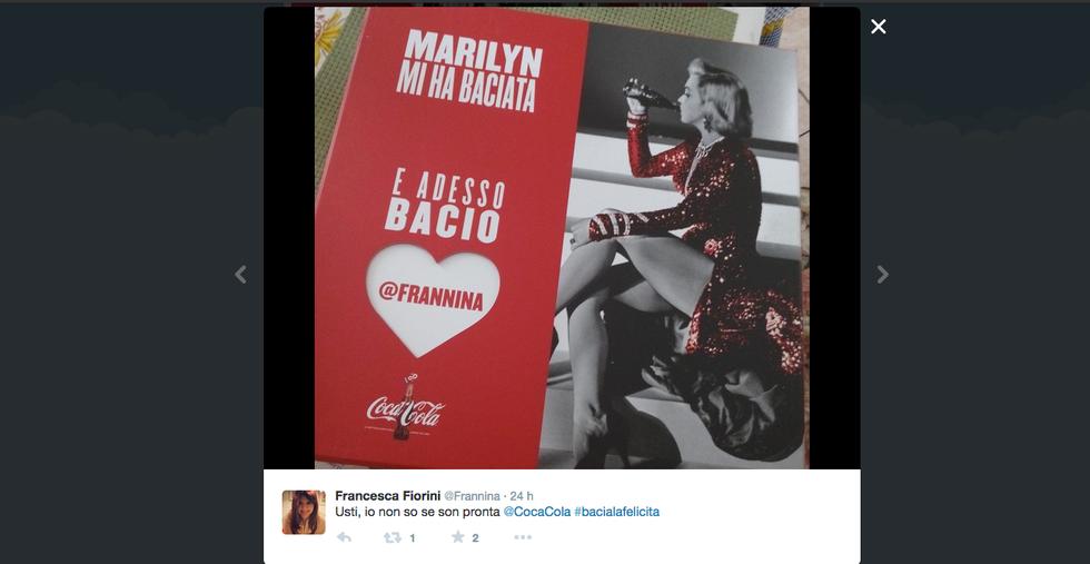 La bottiglietta di Coca Cola compie 100 anni e lo spot è social