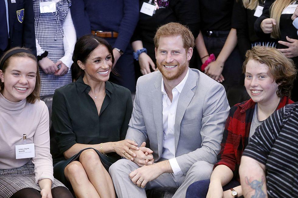 Harry e Meghan innamoratissimi si tengono per mano in barba al protocollo reale