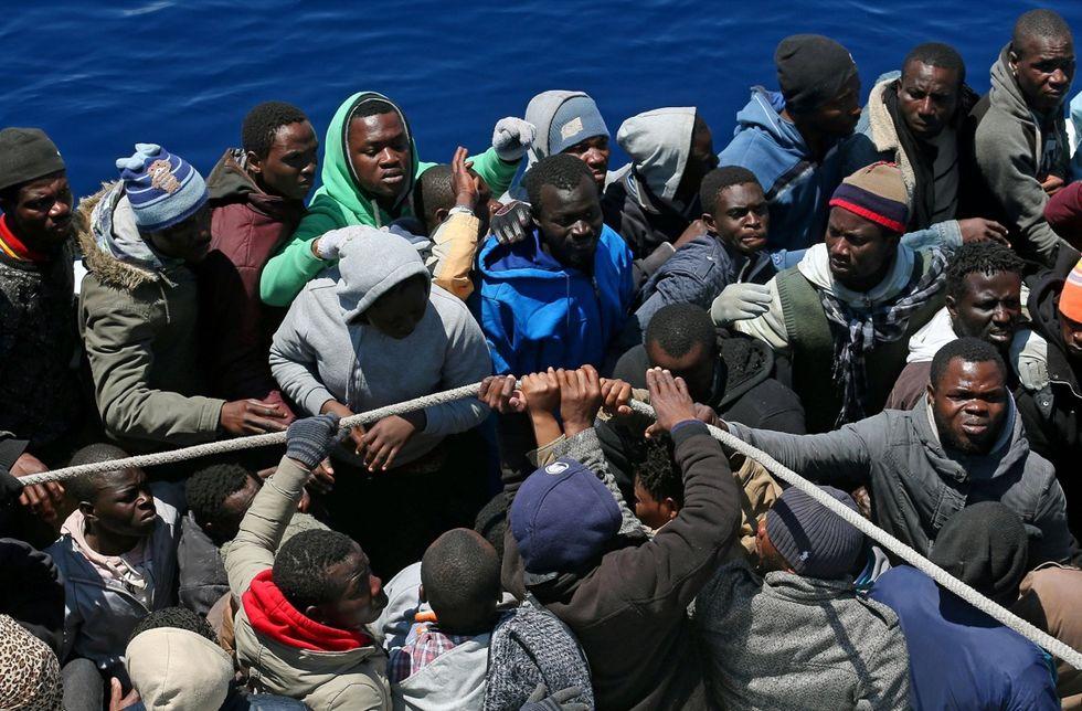 Mediterraneo, si ribalta un altro barcone di immigrati
