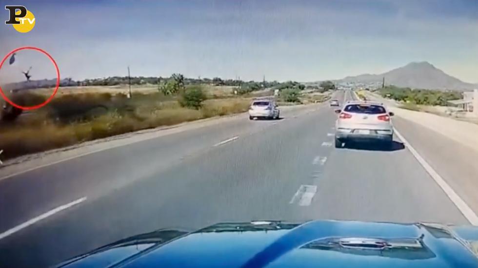 Incidente stradale Arizona donna sbalzata fuori pick up video