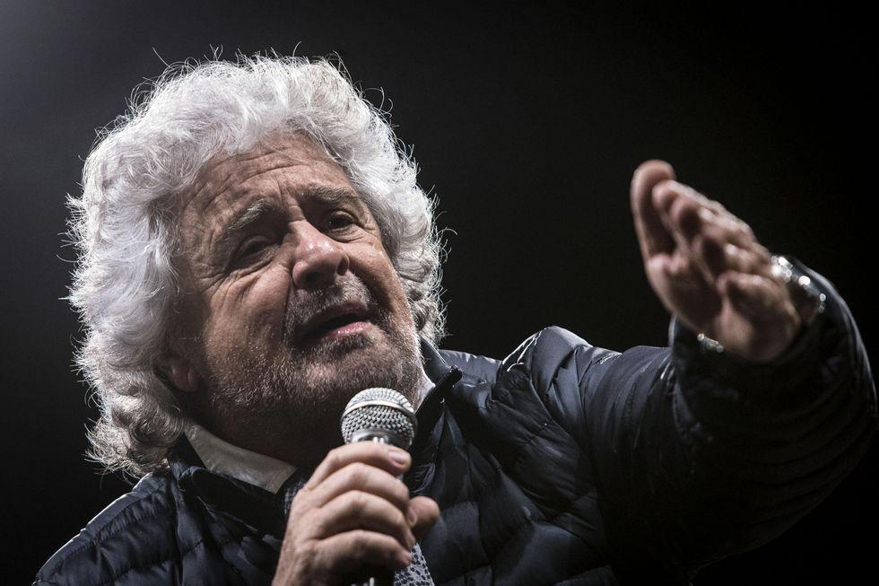 Il tweet di Beppe Grillo che associa topi, spazzatura e clandestini