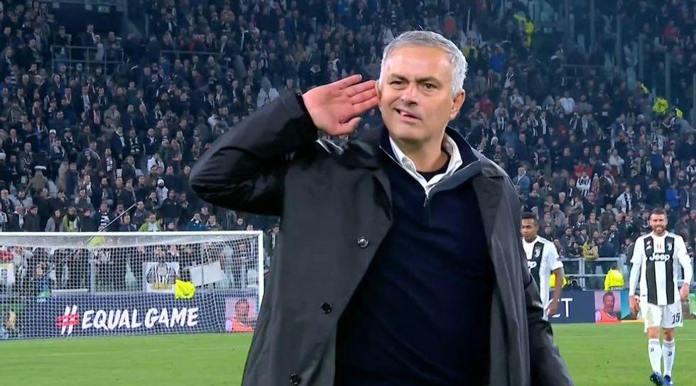 mourinho gesto insulti tifosi juventus champions league manchester