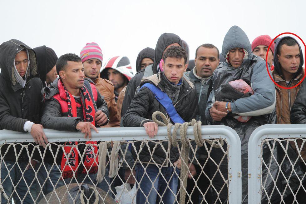 Ecco come un immigrato espulso viene accolto a scuola