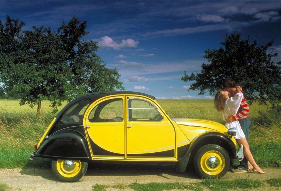 """La Citroen """"2 CV"""" ha compiuto 70 anni. La storia e le foto"""
