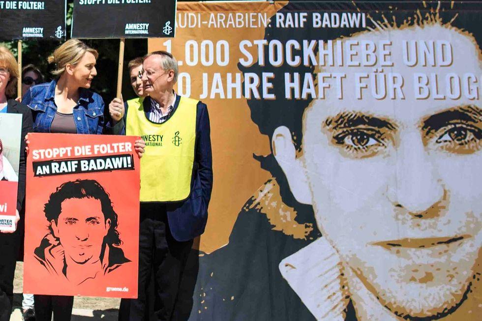 Perché l'Europa ha premiato il blogger saudita condannato a mille frustate
