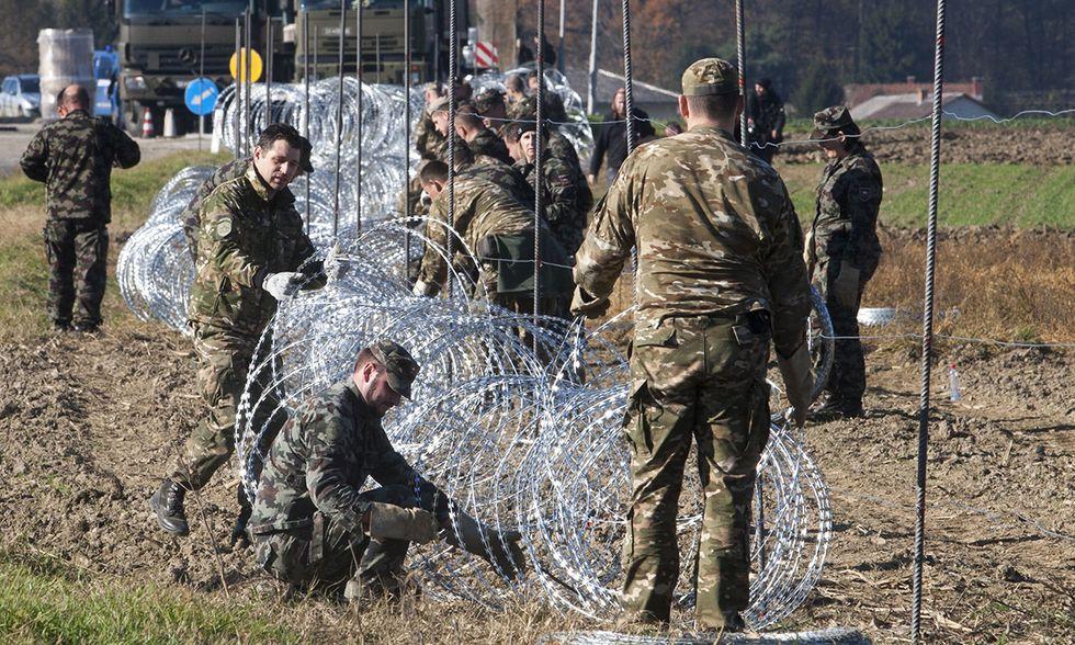 Slovenia, filo spinato al confine con la Croazia