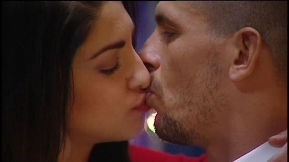 Grande Fratello 14: Federica e Livio si baciano, scatta il tutti contro tutti