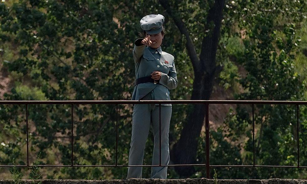 Soldatessa al confine tra le Coree