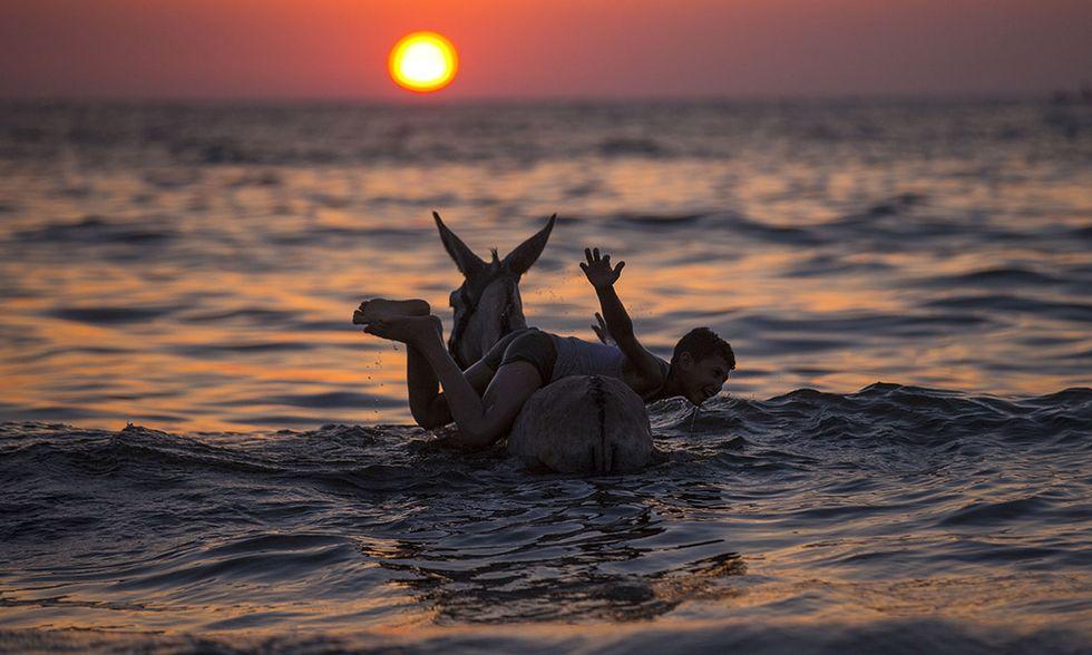 Bagno al tramonto a Gaza