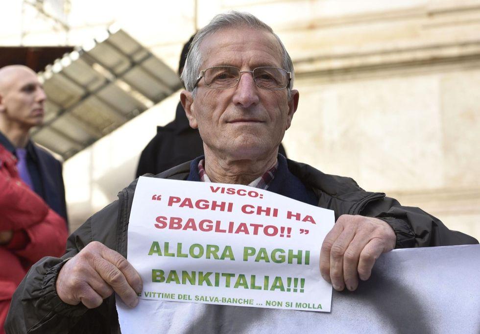 Banche: sit-in risparmiatori vicino a Bankitalia