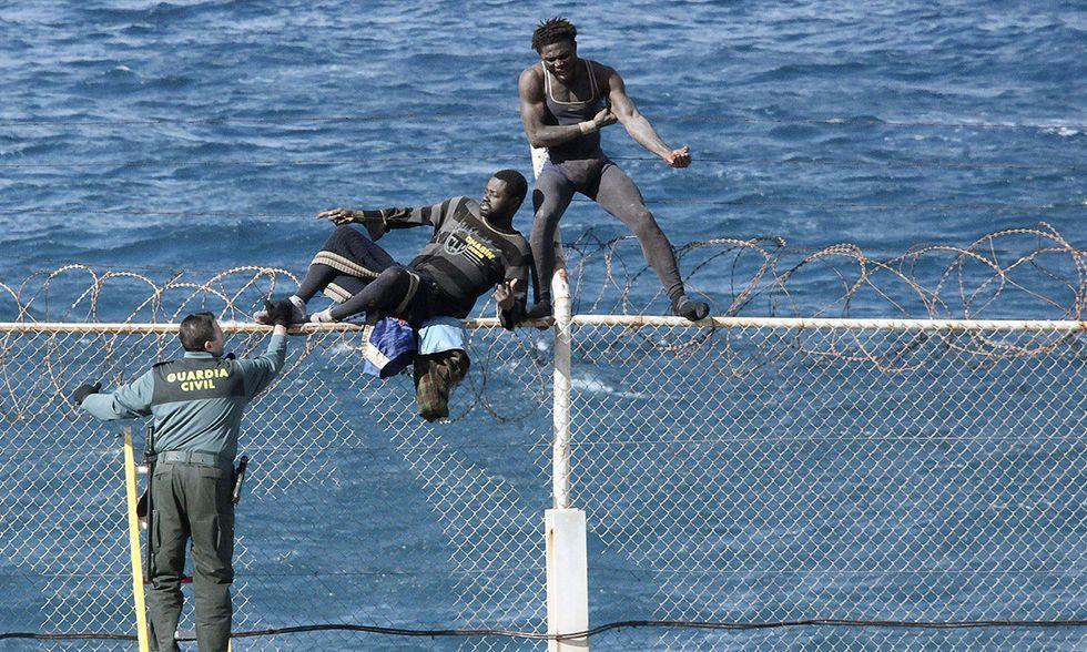 Migranti al confine dell'enclave spagnola di Ceuta, Marocco