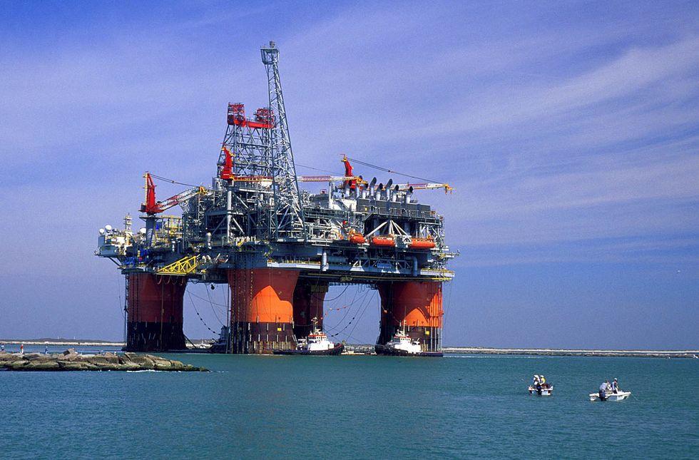 Petrolio ai minimi, come investire ora