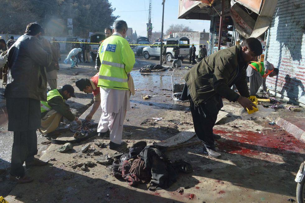 Pakistan, kamikaze talebani in un centro antipolio: 15 morti