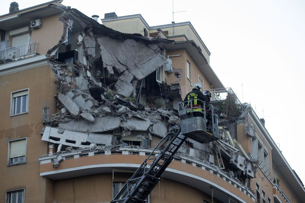 Palazzo crollato a Roma, le foto