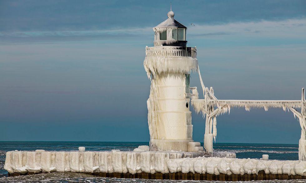Michigan, il faro di St. Joseph coperto dal ghiaccio