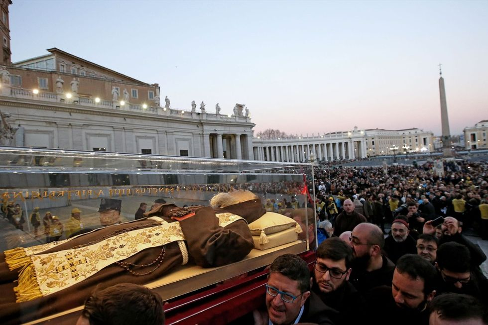 Le spoglie di Padre Pio in Vaticano - FOTO