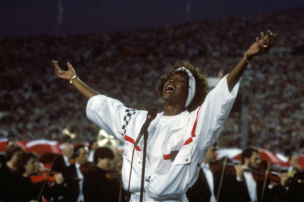 Le 10 migliori versioni dell'inno americano: da Whitney Houston a Jimi Hendrix