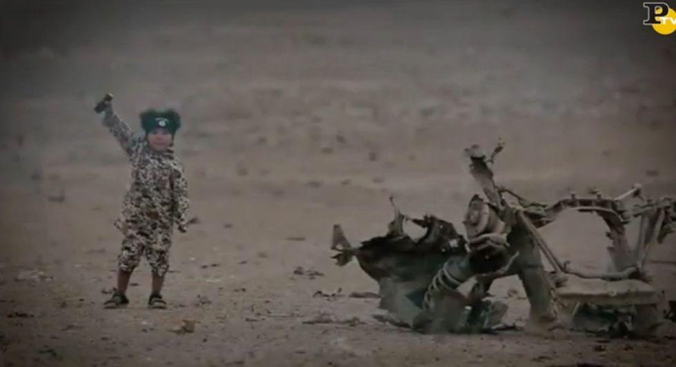 Isis, nuovo orrore: un bambino di 4 anni fa saltare in aria 4 prigionieri - VIDEO