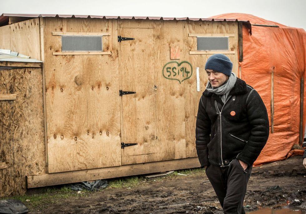 """Jude Law visita i migranti della """"Giungla"""" di Calais"""