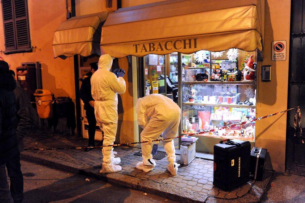 Tabaccaio di Asti, i due malviventi fuggiti su una seicento bianca