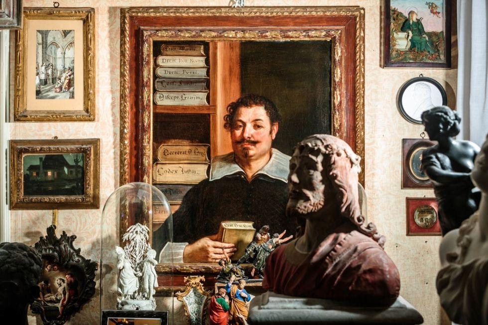 Lo splendido Ritratto di un legale (al centro della foto) dipinto dal Guercino sarà uno dei capolavori tra le 150 opere della collezione di Vittorio Sgarbi in mostra dal 13 marzo nel palazzo Campana di Osimo (Ancona).