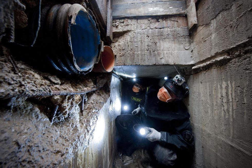Polizia tunnel fogne Napoli