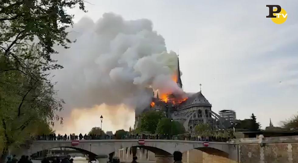 Incendio a Notre Dame: le fiamme avvolgono la Cattedrale - Video