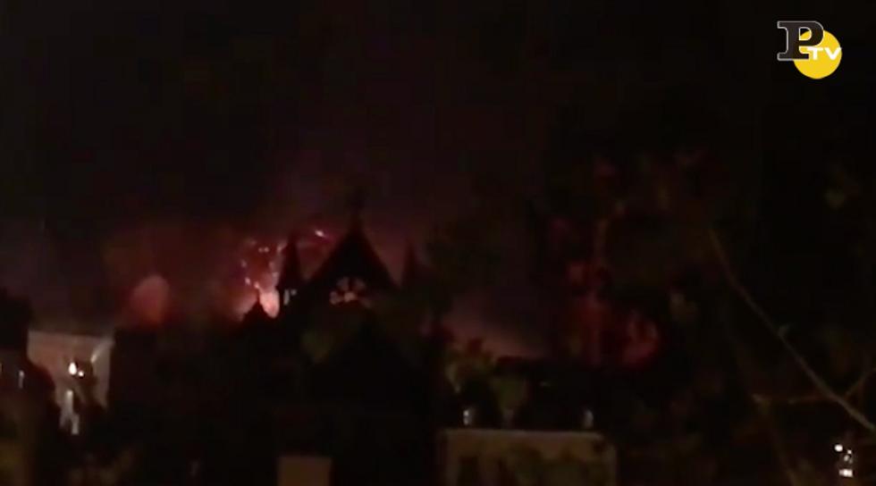 Incendio Notre Dame: cala la notte ma la Cattedrale continua a bruciare